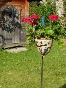 Blumentopf mit Stab und Gartenspitze