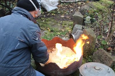 la céramique est mise dans la sciure pour la réduction