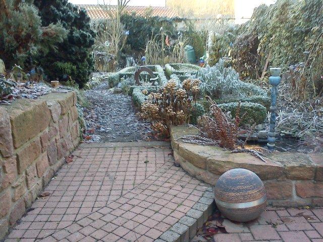 Teich im Winter - Garten Brunnen und Garten Kugel aus frostsicherer Keramik