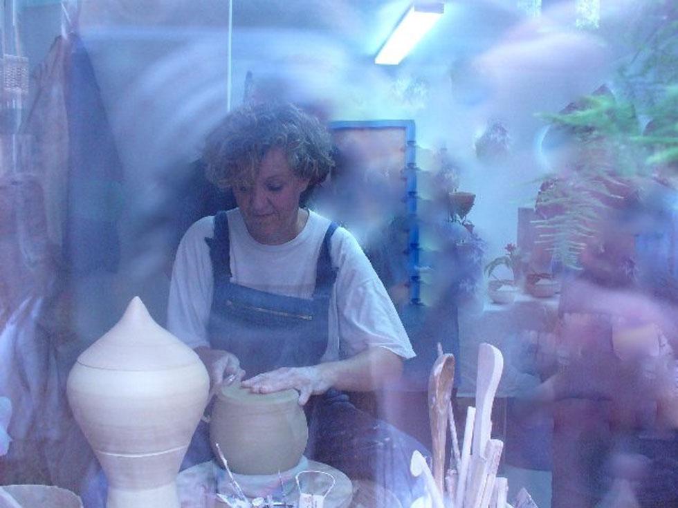 Brigitte Lang Keramikerin im Atelier in Rauenberg