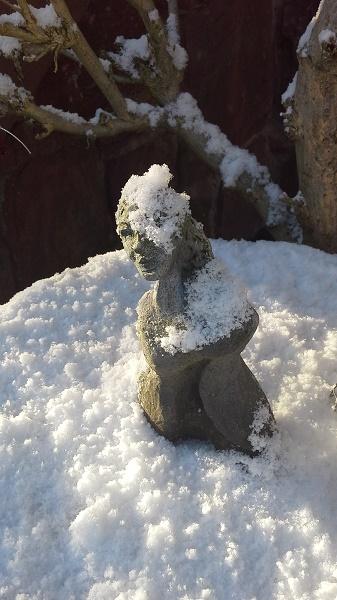 Frauenskulptur im Schnee Brigitte Lang in Rauenberg