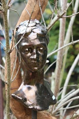 Tête de femme en céramique, sur bois
