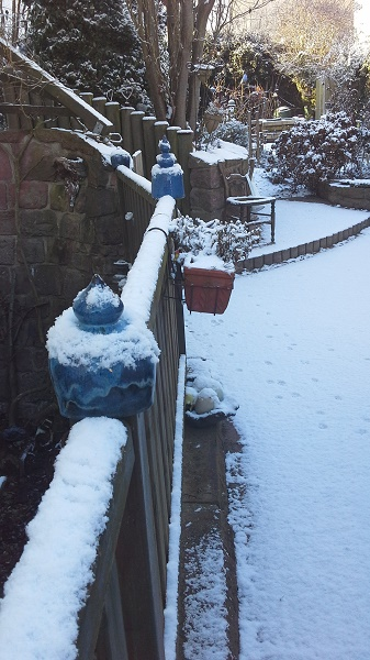 Geländer mit Keramikspitzen - Schnee - Winterhart - frostfest - Brigitte Lang in Rauenberg