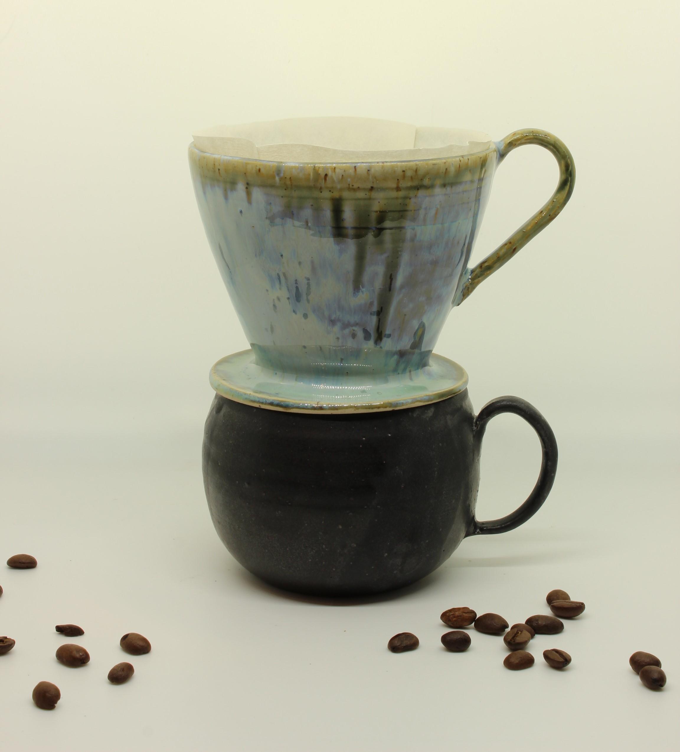 Kaffeefilter hellblau mit schwarzer Tasse