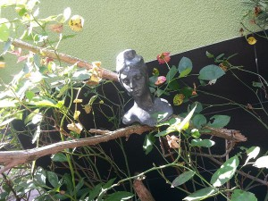 Frauen-Kopf in den Rosen Keramiktopf