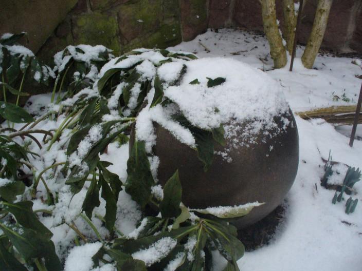 frostfeste Gartenkugel aus Keramik