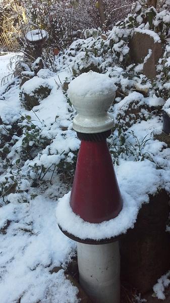Keramiksäule im Schnee - Winterhart - frostfest - Brigitte Lang in Rauenberg