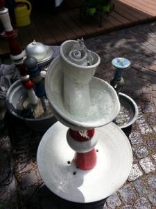 Gartenbrunnen Keramik Spirale weiß rot
