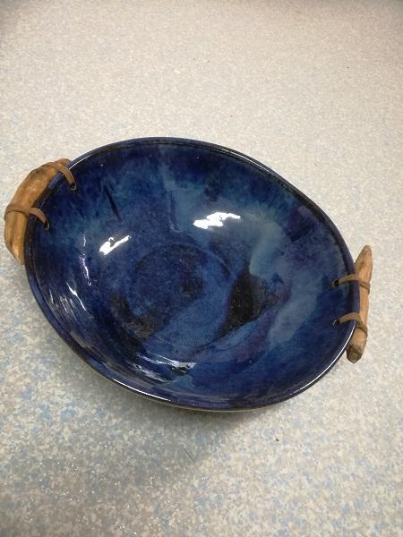 blaue Schale mit Holzgriff