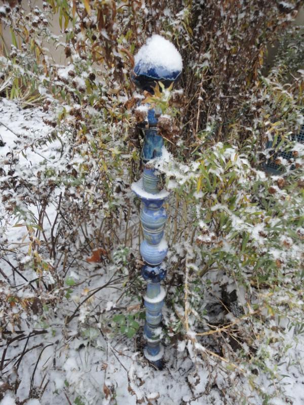 blaue Stele im Schnee