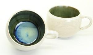runde Tasse - weiß - grün-blau von Keramik-Atelier Brigitte Lang in Rauenberg