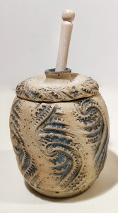 Honigtop mit Holzlöffel - Paisley-Muster von Keramik-Atelier Brigitte Lang in Rauenberg