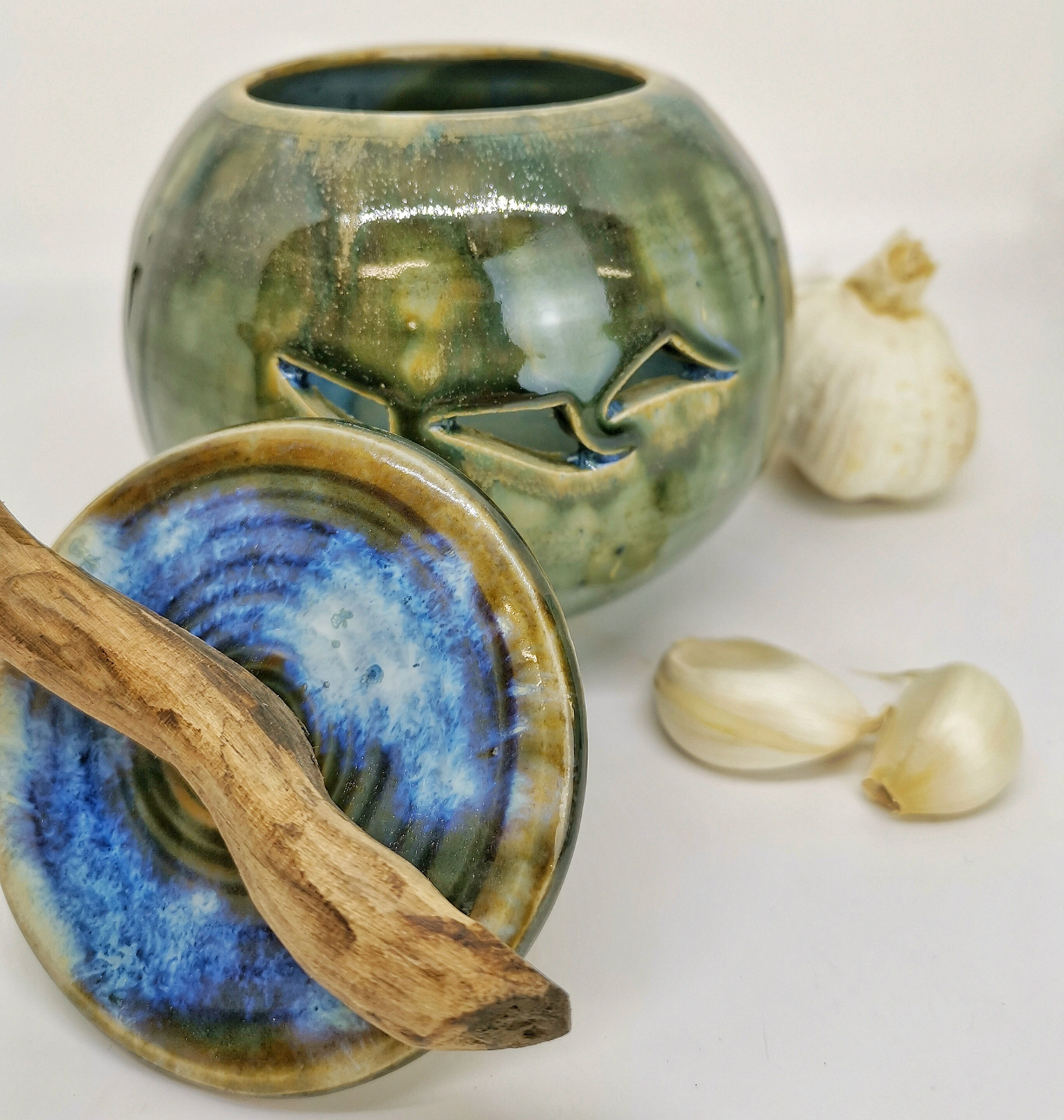 Knoblauchtopfgrün-blau mit Holzgriff von Keramik-Atelier Brigitte Lang in Rauenberg
